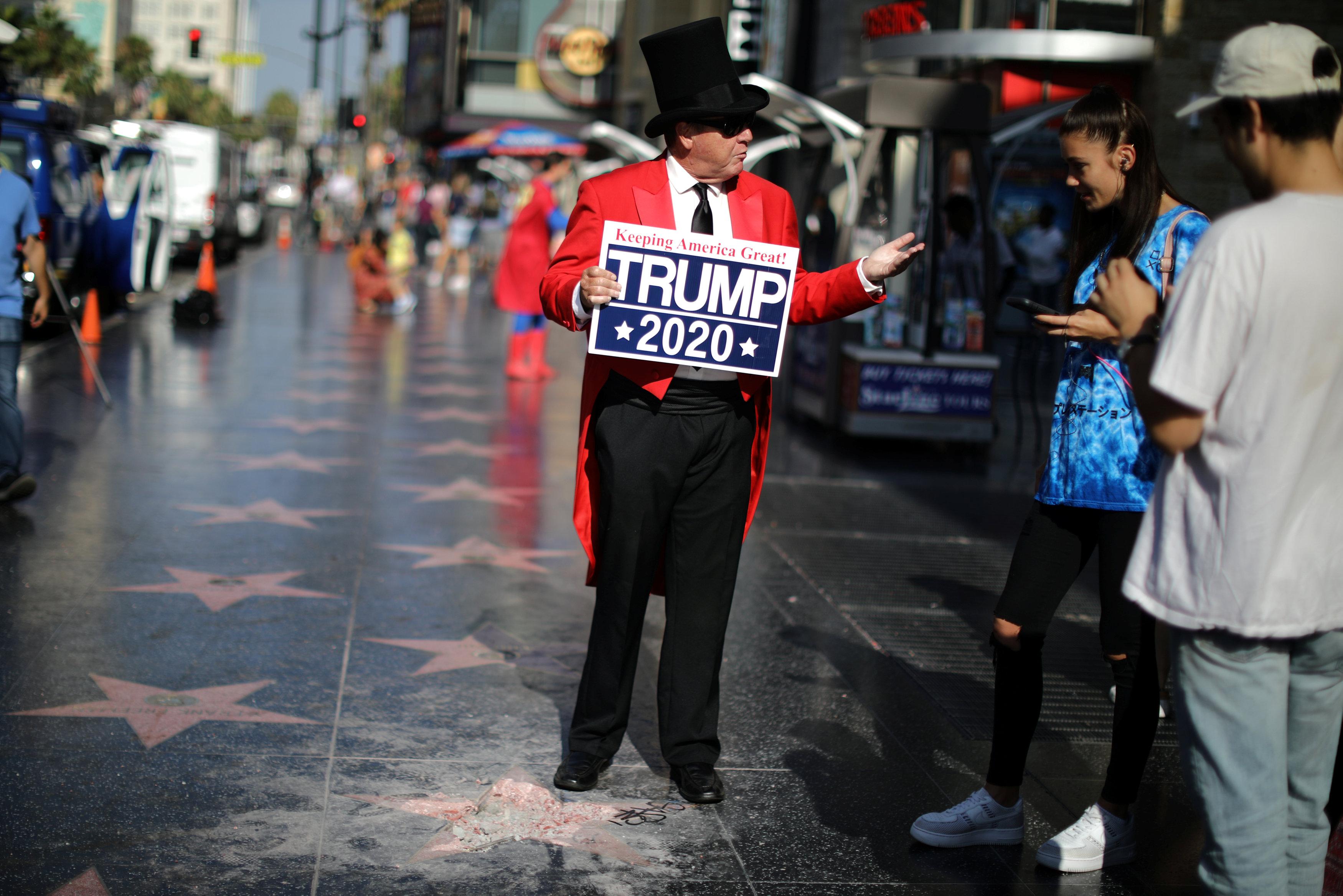 رجل يدمر نجمة ترامب