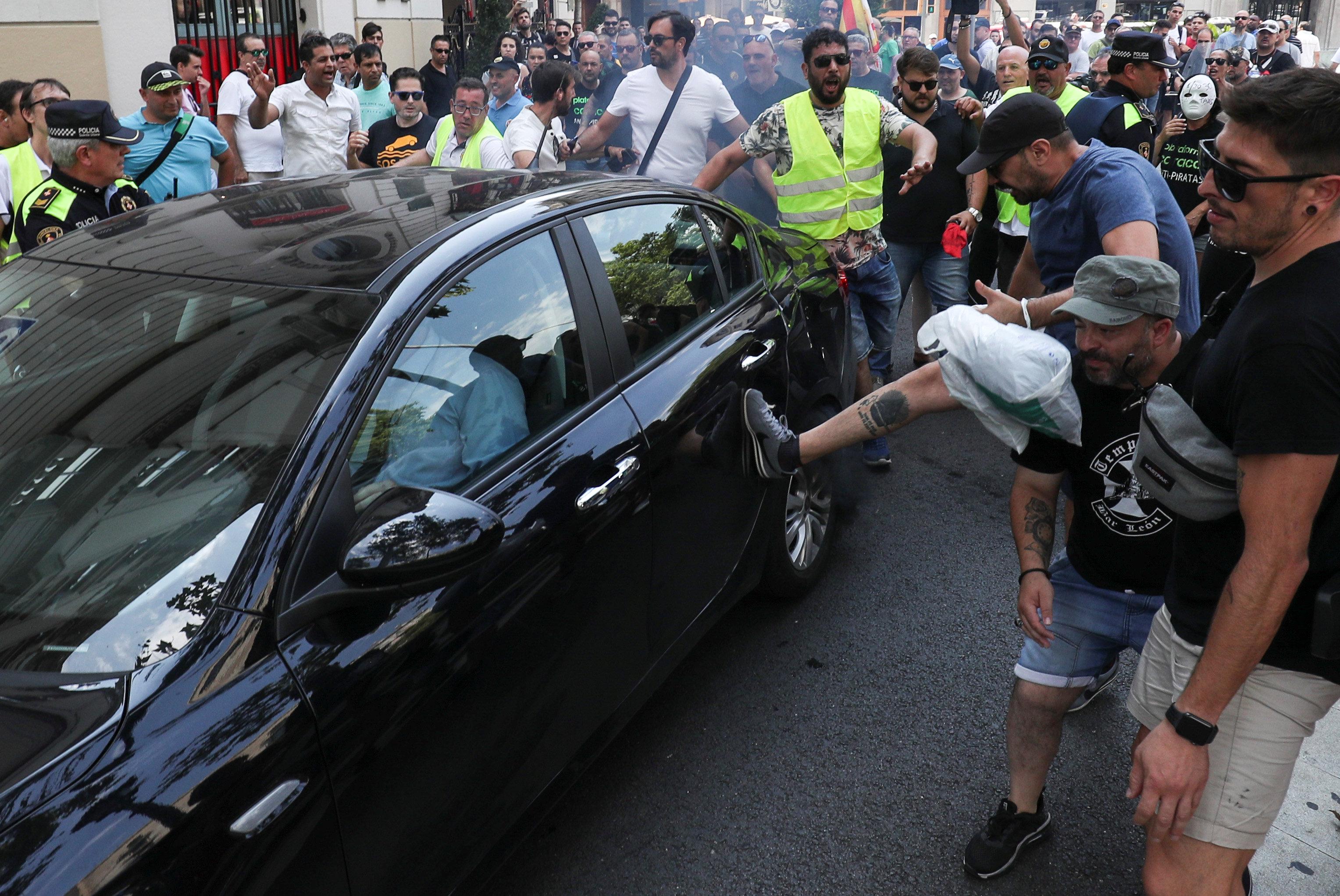 محتجون يحطومن سيارة تابعة لخدمة أوبر