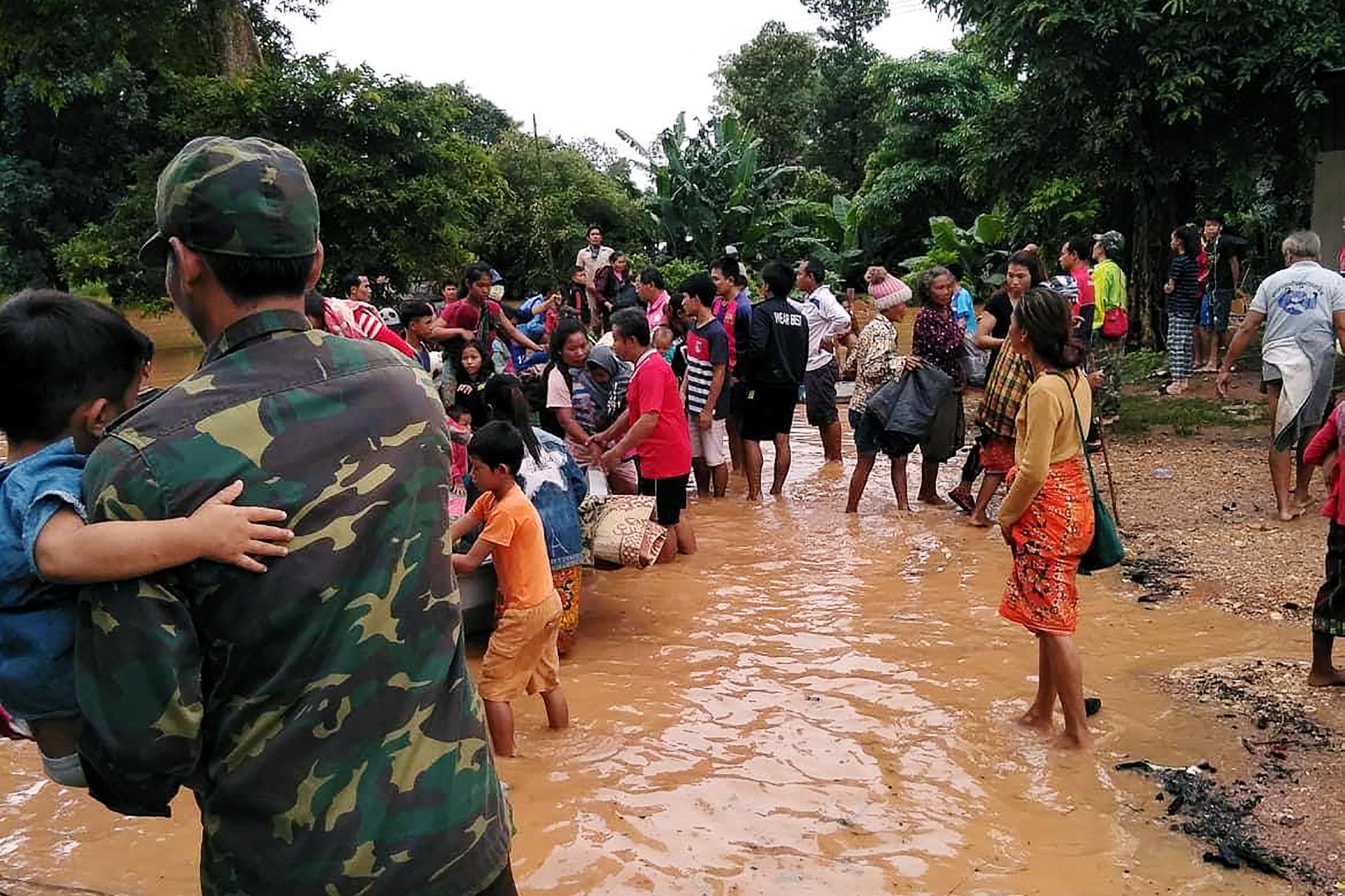 فرق الإنقاذ فى لاوس