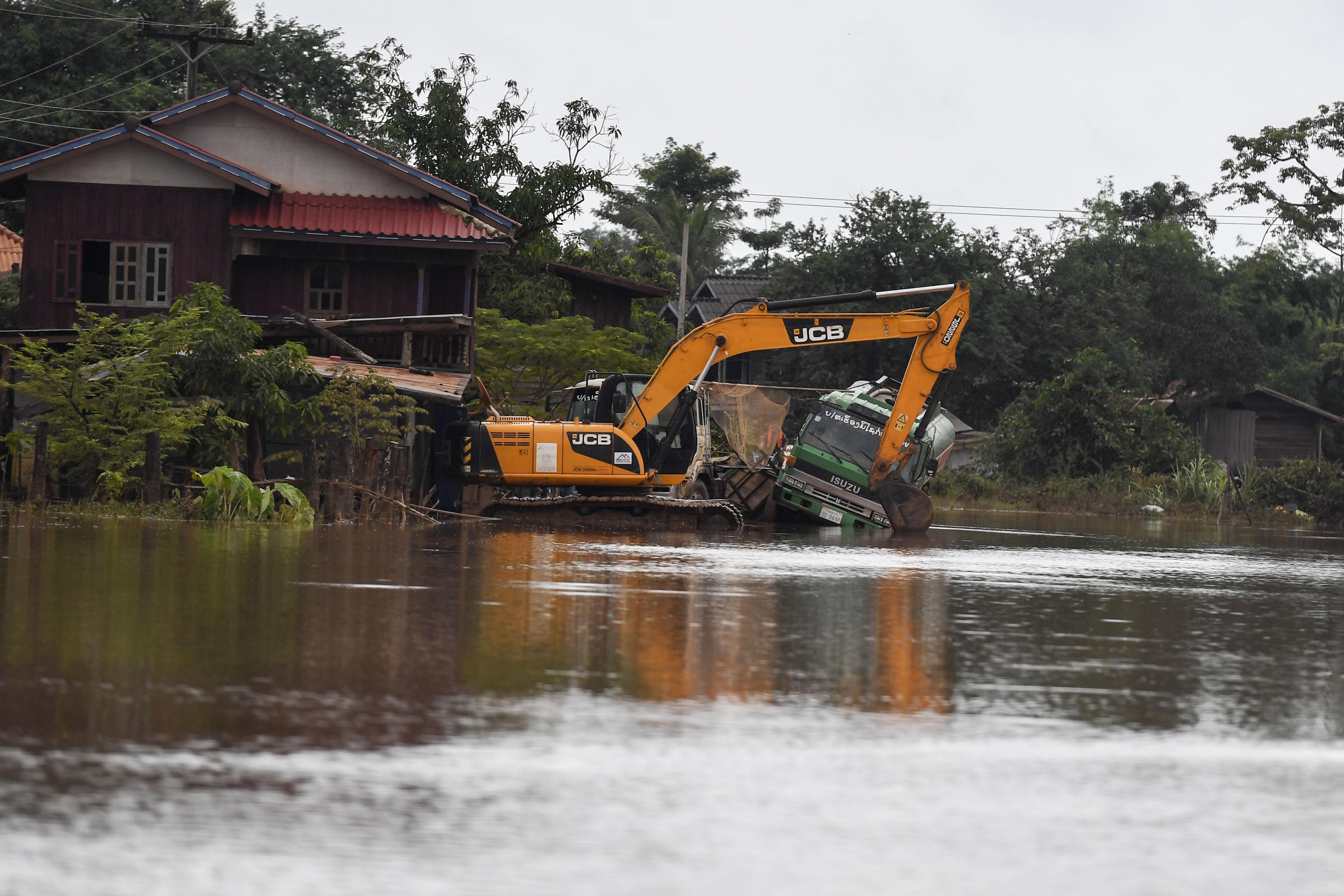إزالة أثار انهيار السد