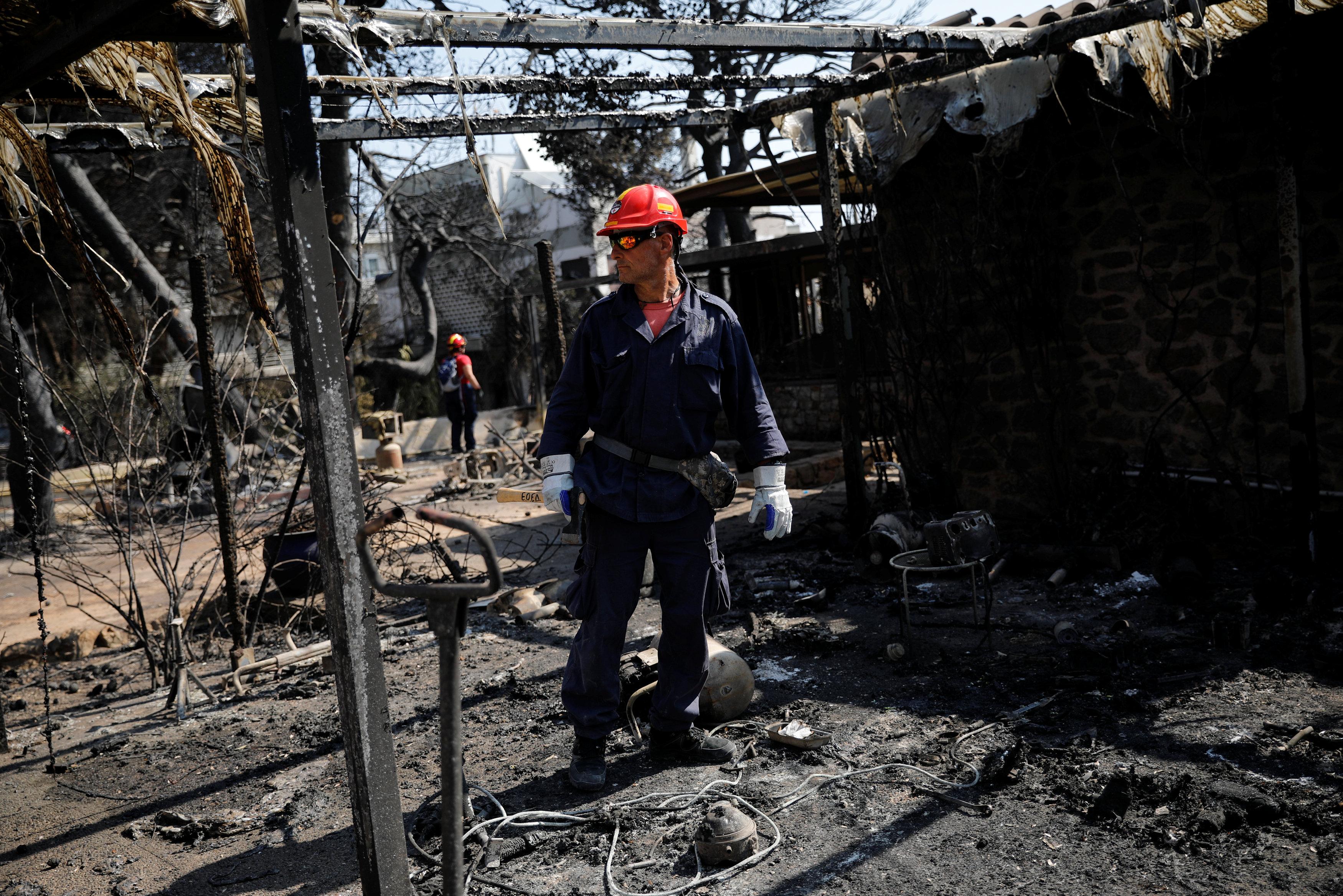 رجل إطفاء وسط الدمار