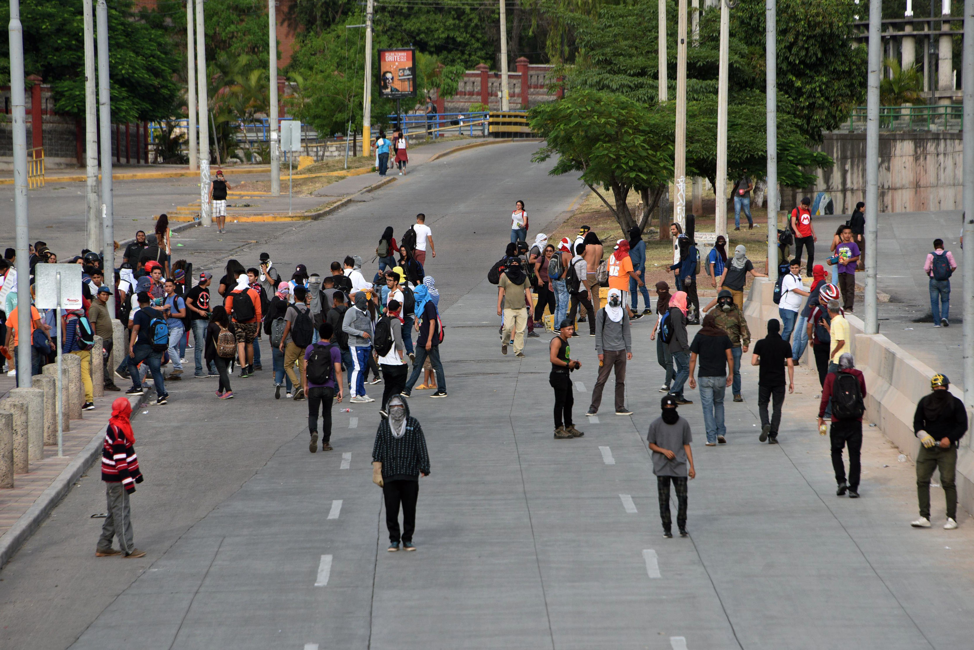 عشرات المتظاهرين فى الشوارع