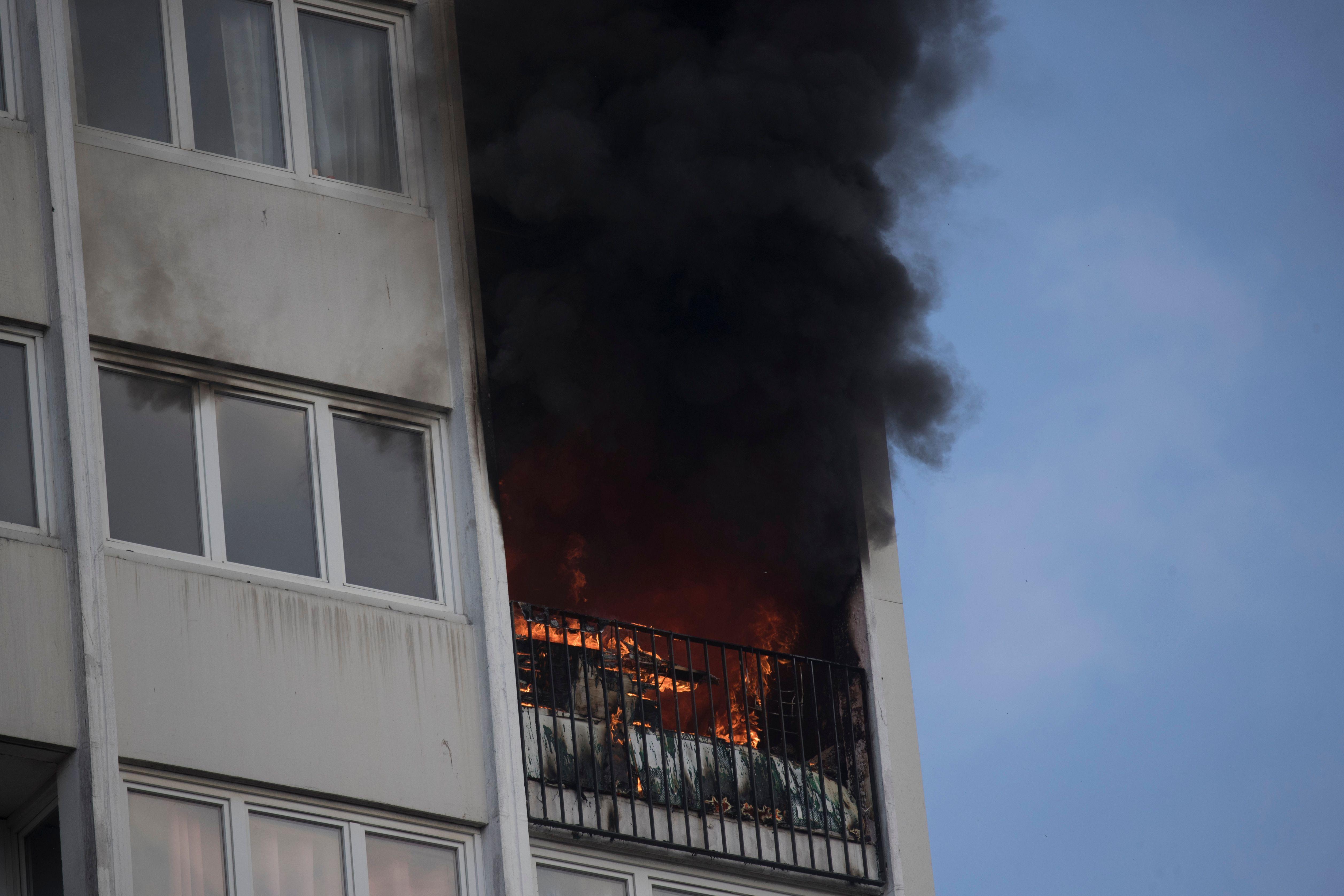 النيران تلتهم غرفة داخل المبنى