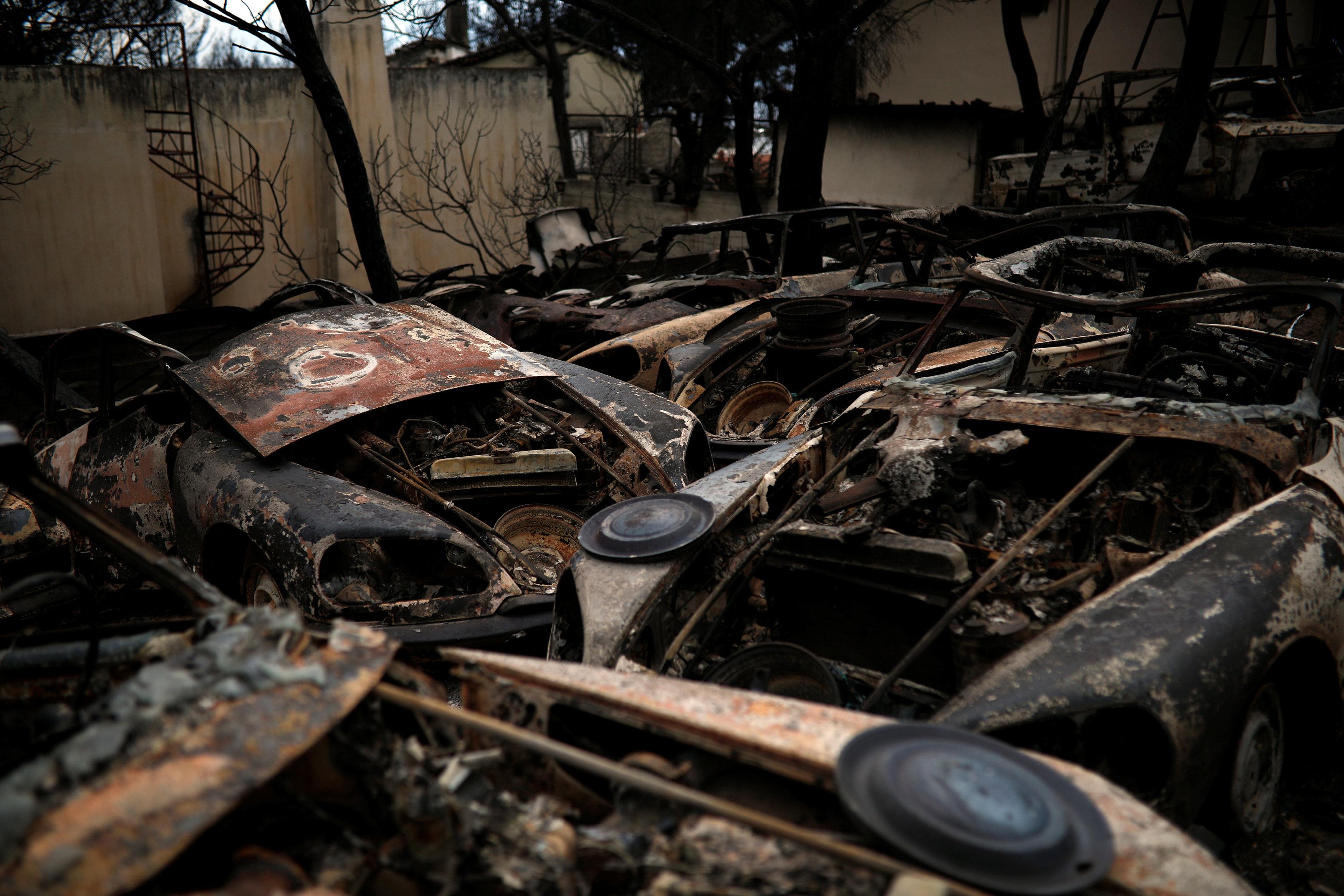 النيران تلتهم عددا من السيارات