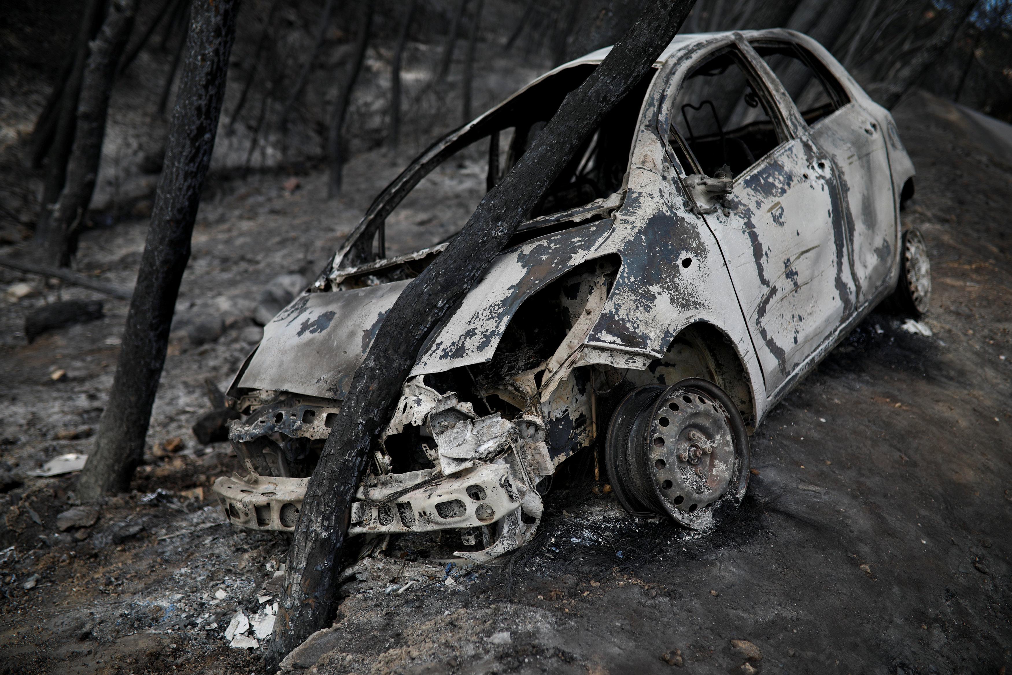 النيران تلتهم سيارة
