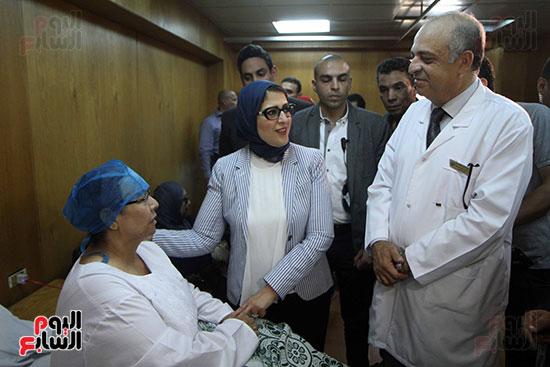 هالة زايد وزيرة الصحة تصل معهد الرمد لمتابعة مبادرة القضاء على قوائم الانتظار (13)