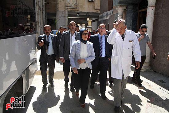 هالة زايد وزيرة الصحة تصل معهد الرمد لمتابعة مبادرة القضاء على قوائم الانتظار (17)