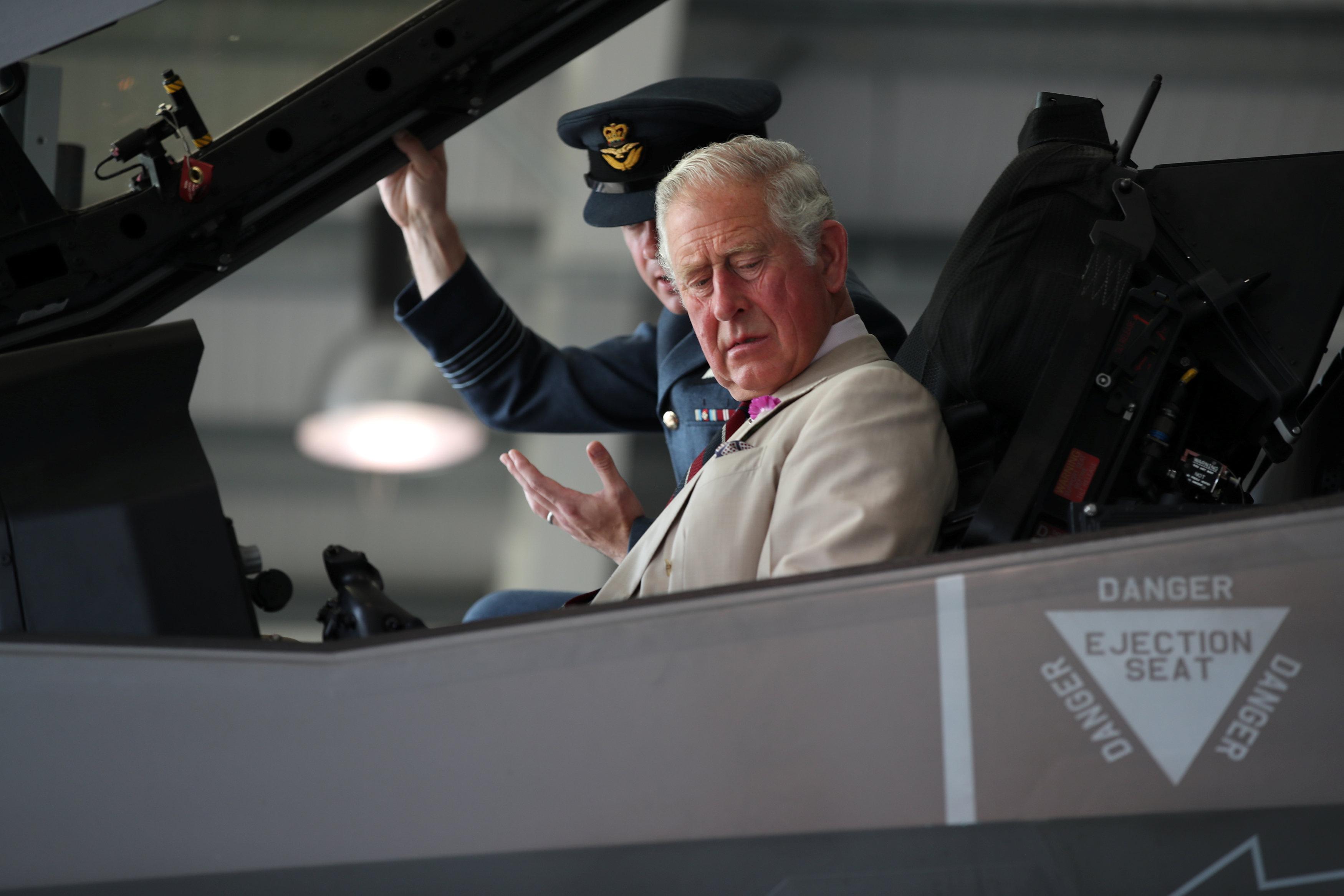 الأمير تشارلز فى طائرة إف 35