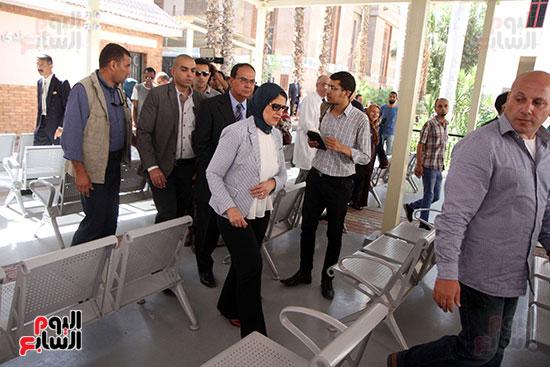 هالة زايد وزيرة الصحة تصل معهد الرمد لمتابعة مبادرة القضاء على قوائم الانتظار (23)