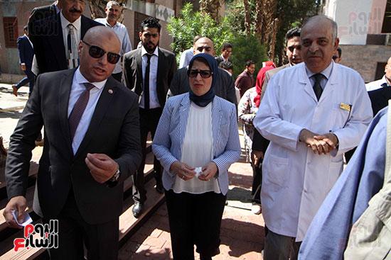 هالة زايد وزيرة الصحة تصل معهد الرمد لمتابعة مبادرة القضاء على قوائم الانتظار (21)