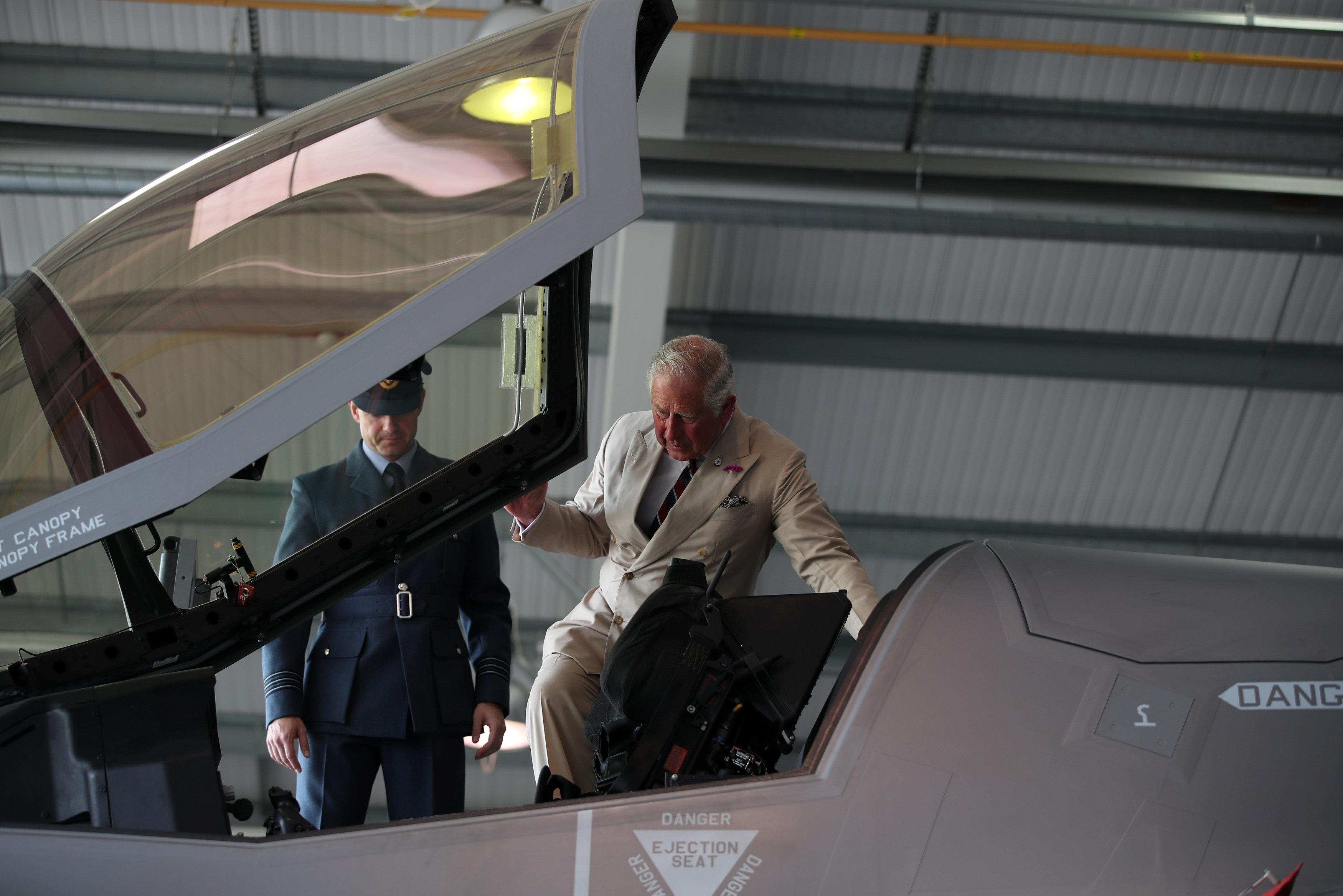 الأمير تشارلز يصعد للطائرة