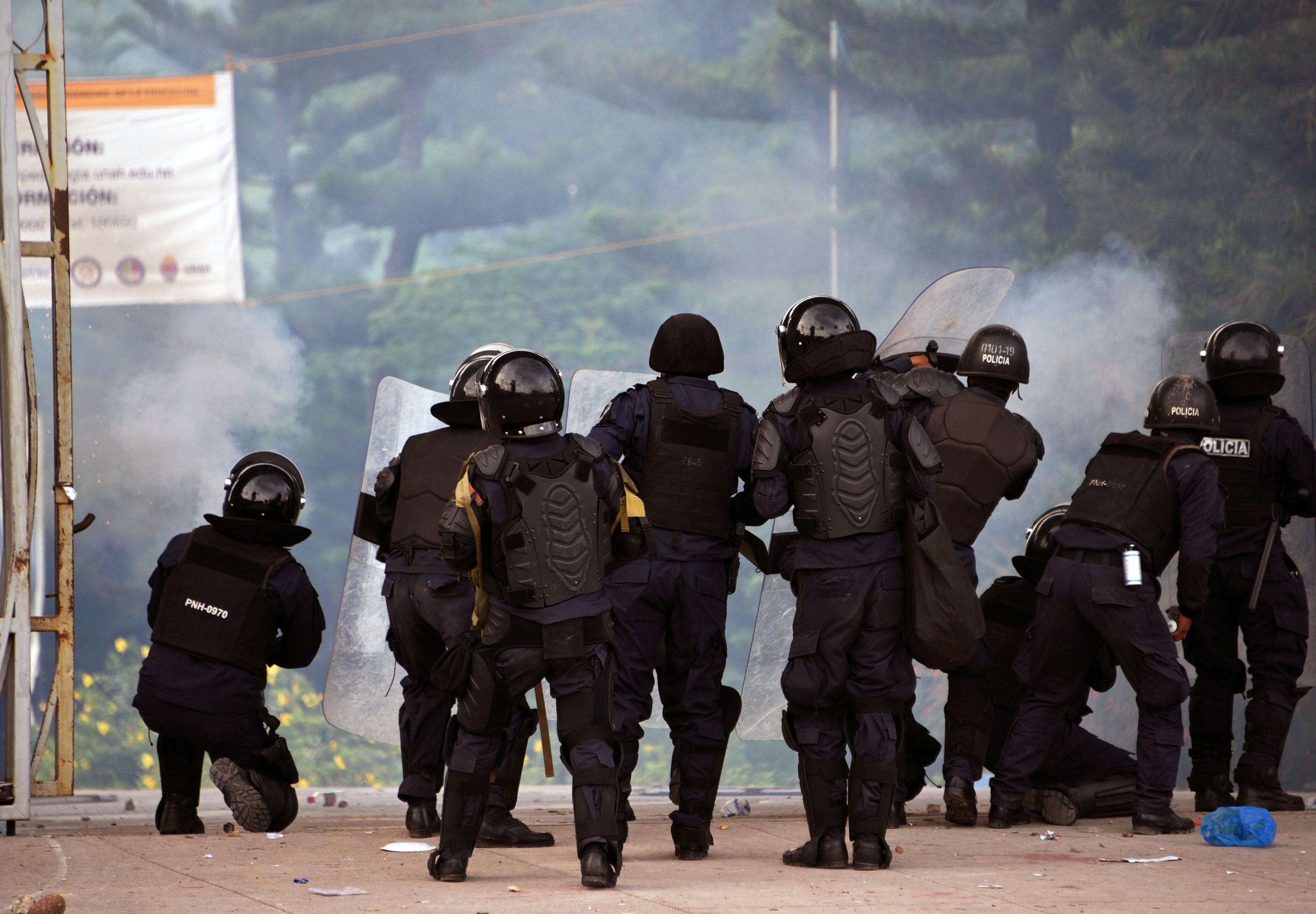 الشرطة تحاول تفريق المتظاهرين