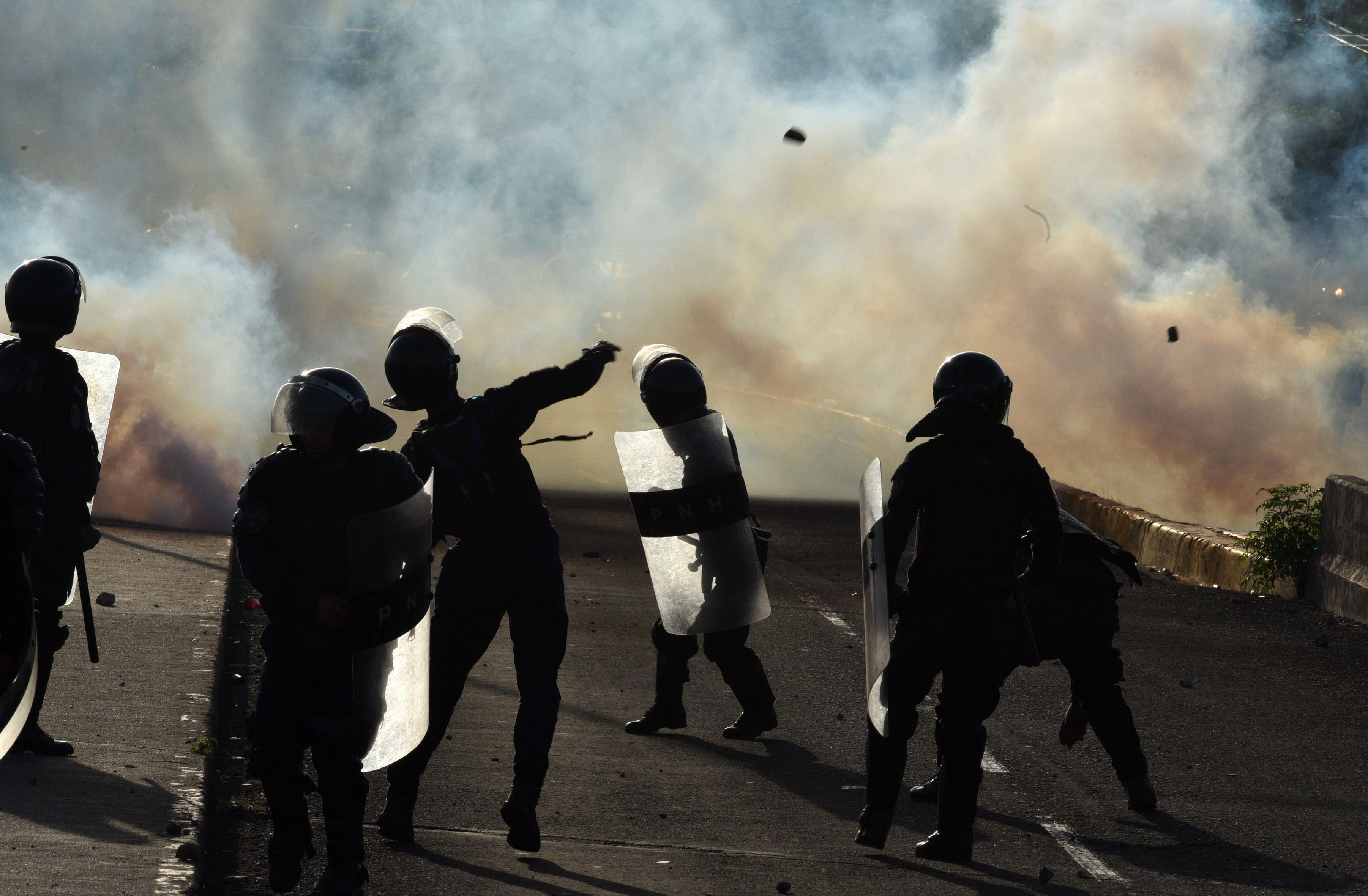 الشرطة تقذف المحتجين بالحجارة
