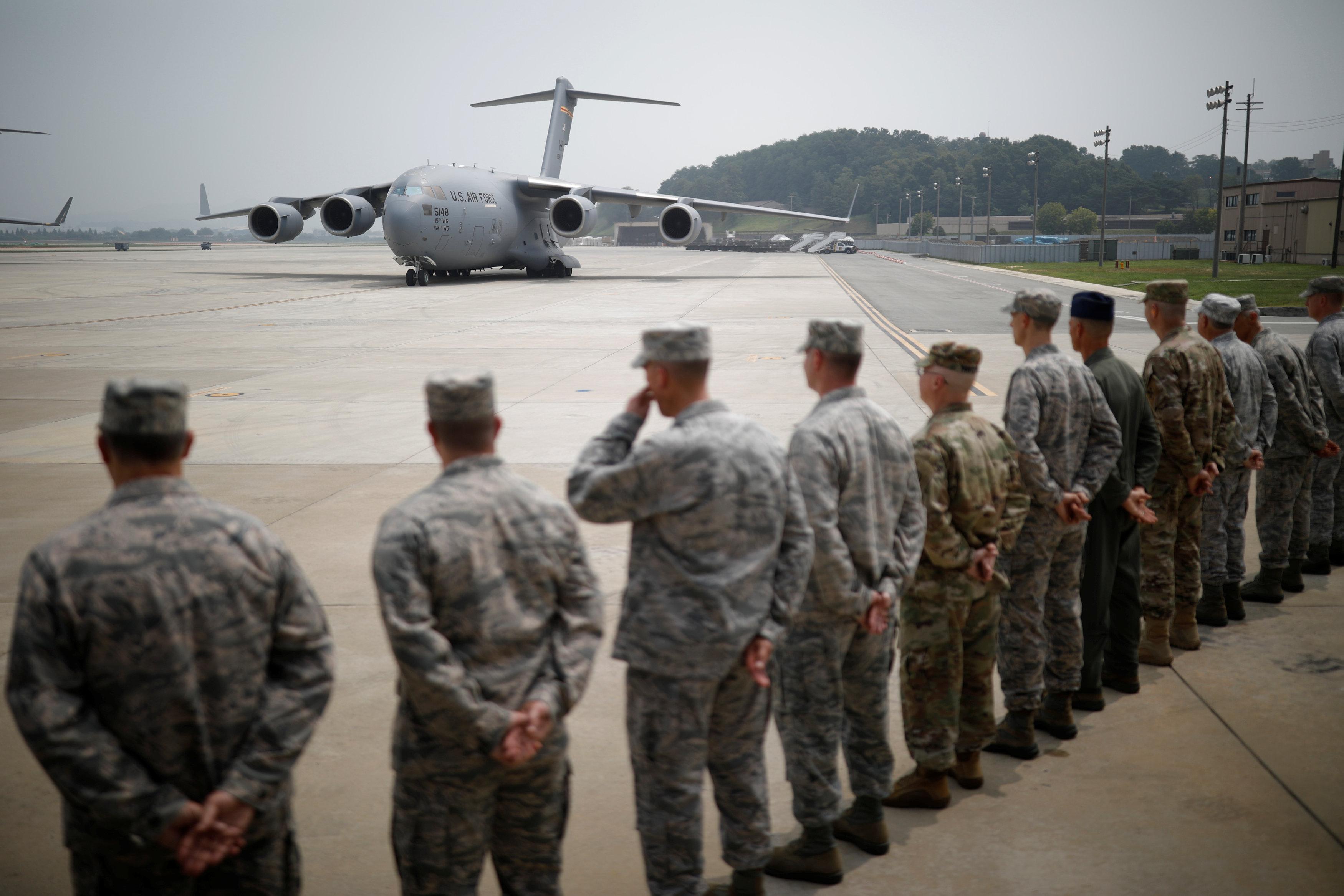 طائرة أمريكية تصل لنقل رفات الجنود