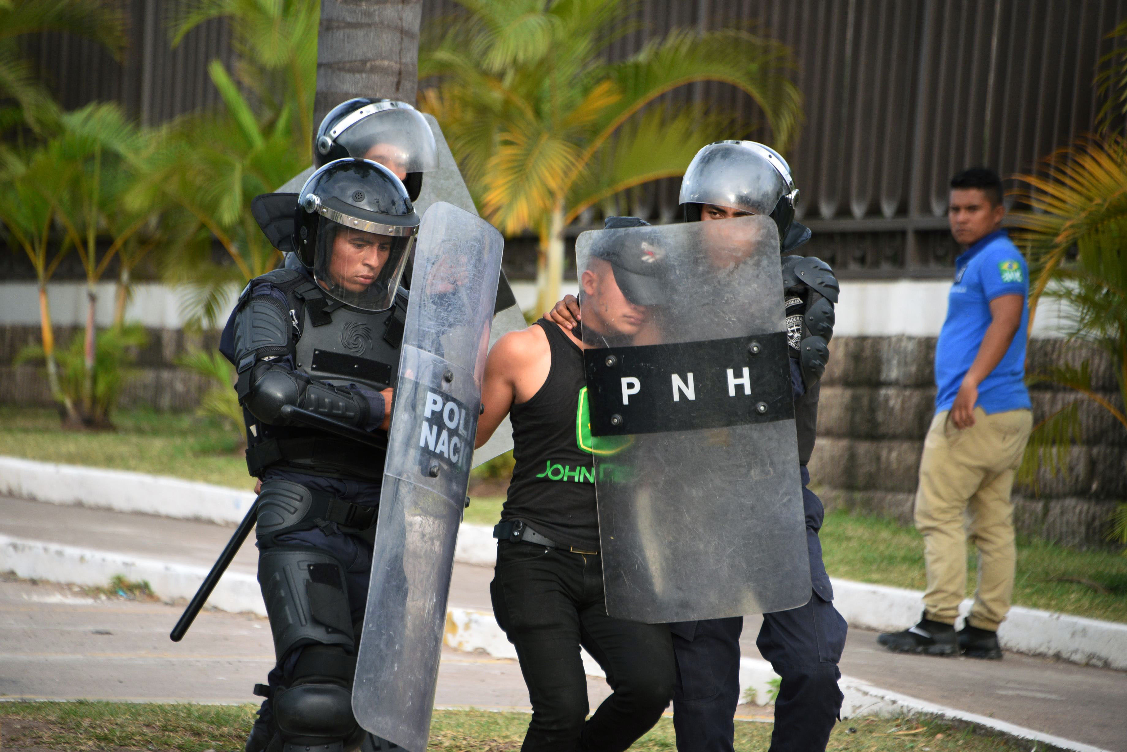 اعتقال متظاهر