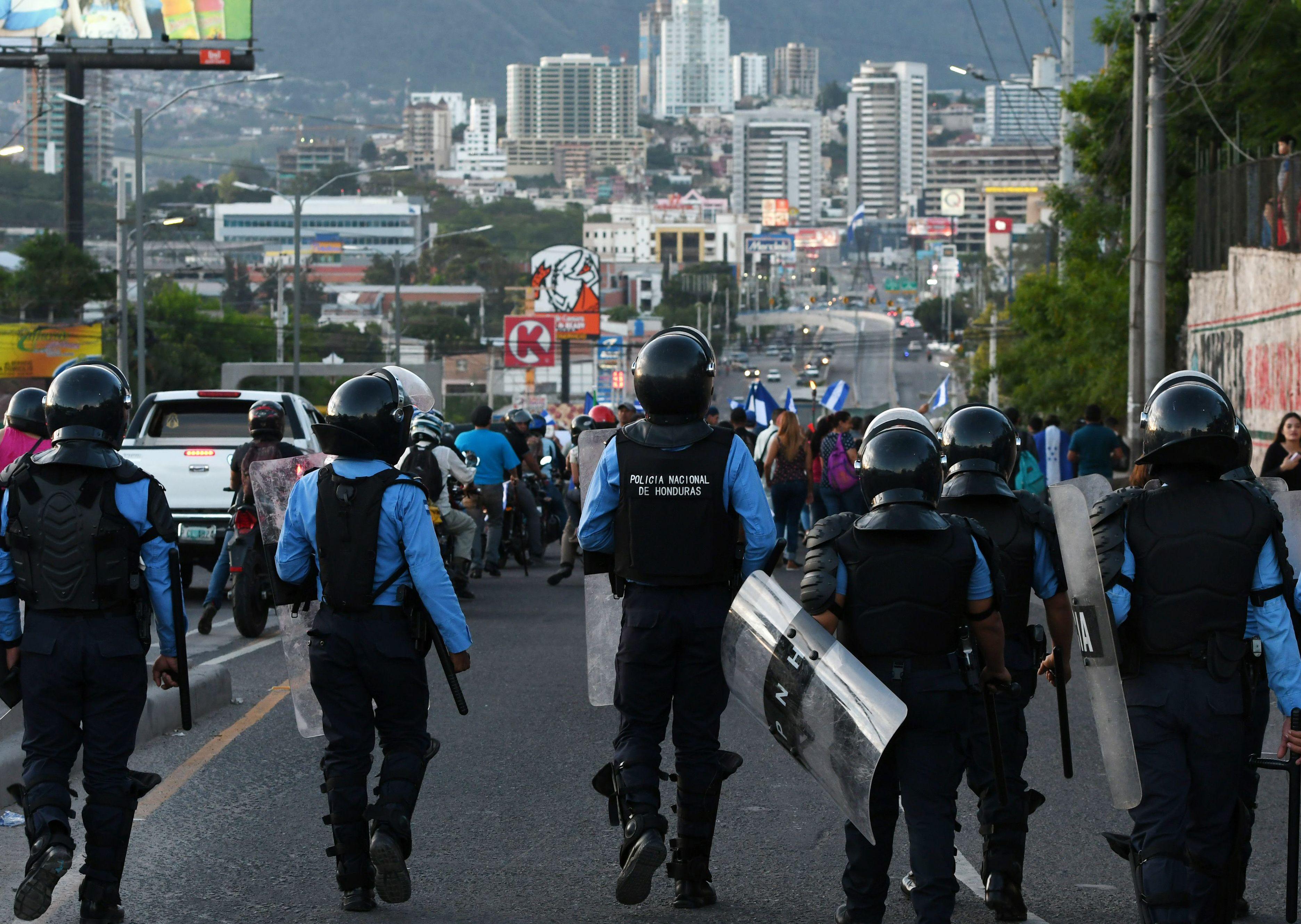الشرطة تفرق مسيرة