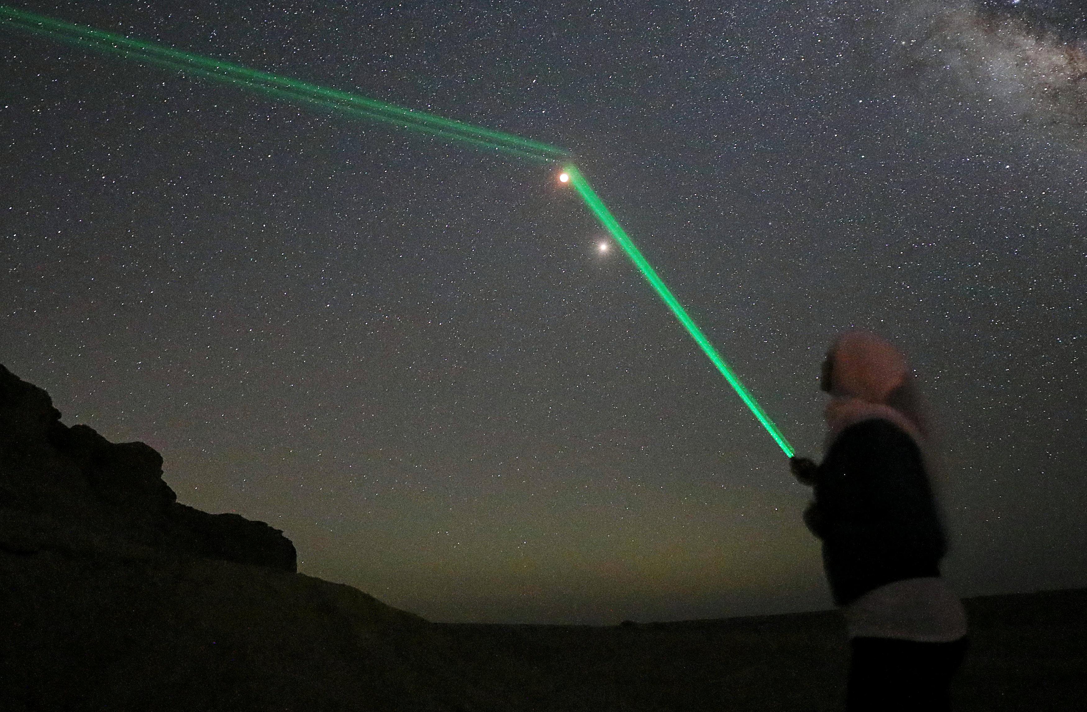 فتاة بمحافظة الفيوم توجه الليزر للقمر