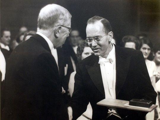 تشارلز تاونز خلال تسلمه جائزة نوبل فى الفيزياء