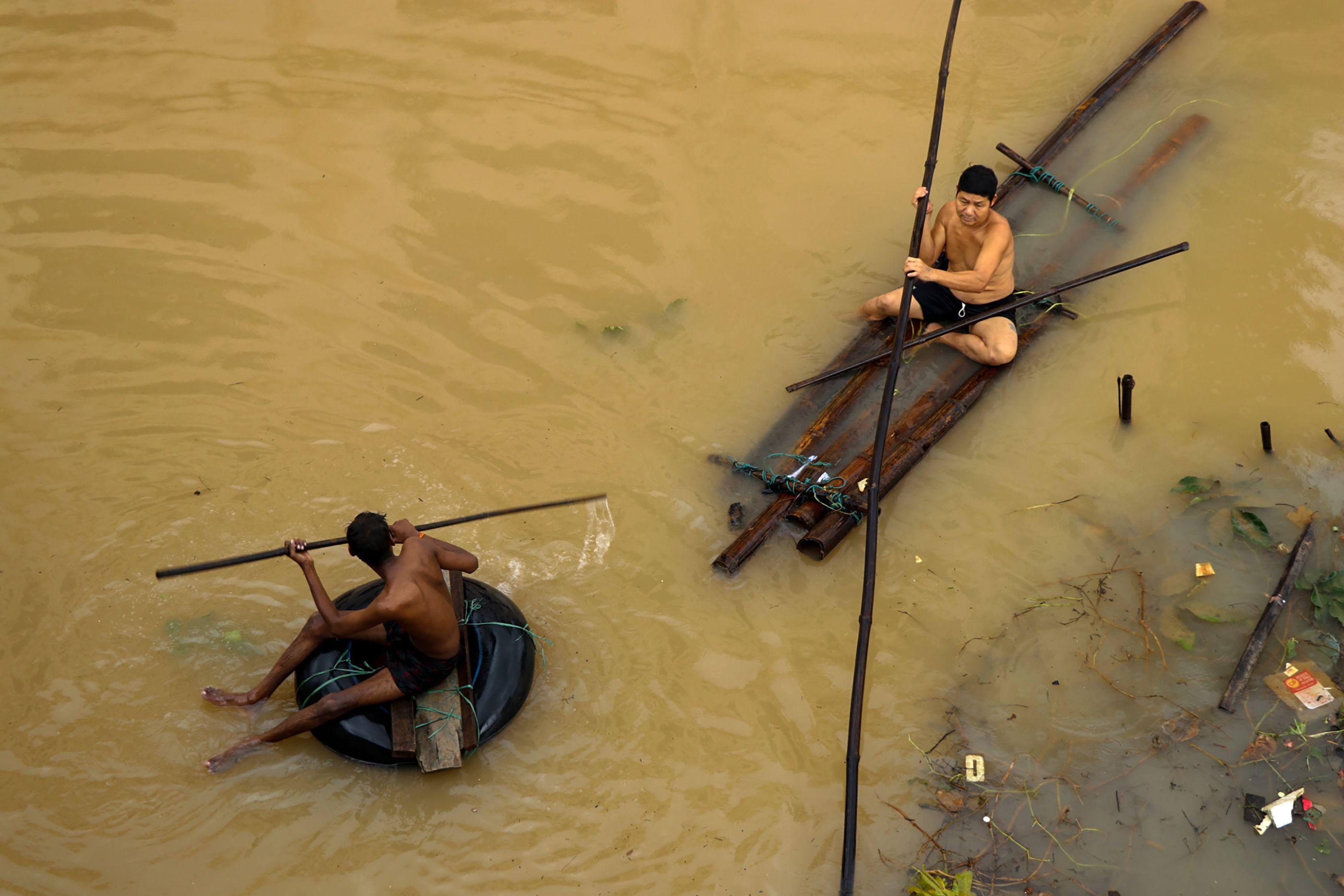 سكان يهربون من الفيضانات