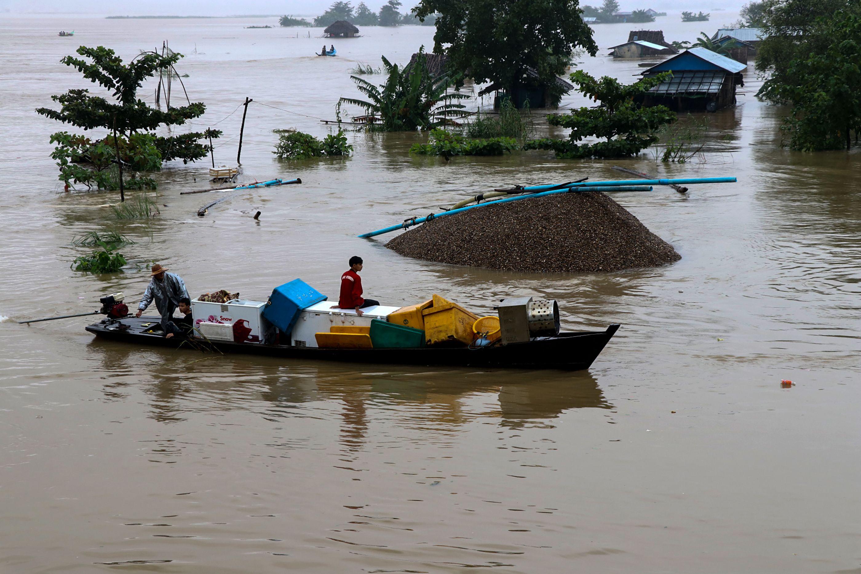 هروب السكان من فيضانات ميانمار