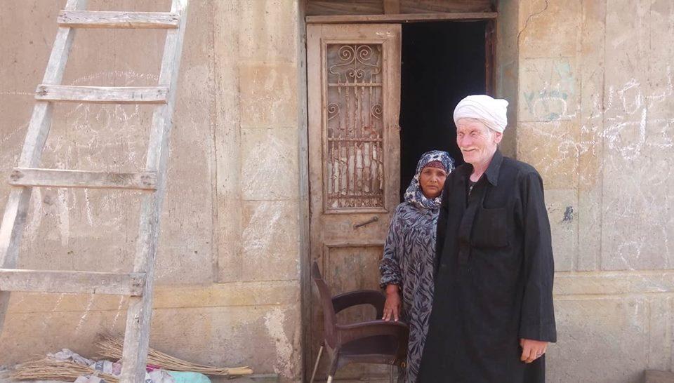 رقم 2 والد عيد ووالدته امام منزلهما المبني من الطين