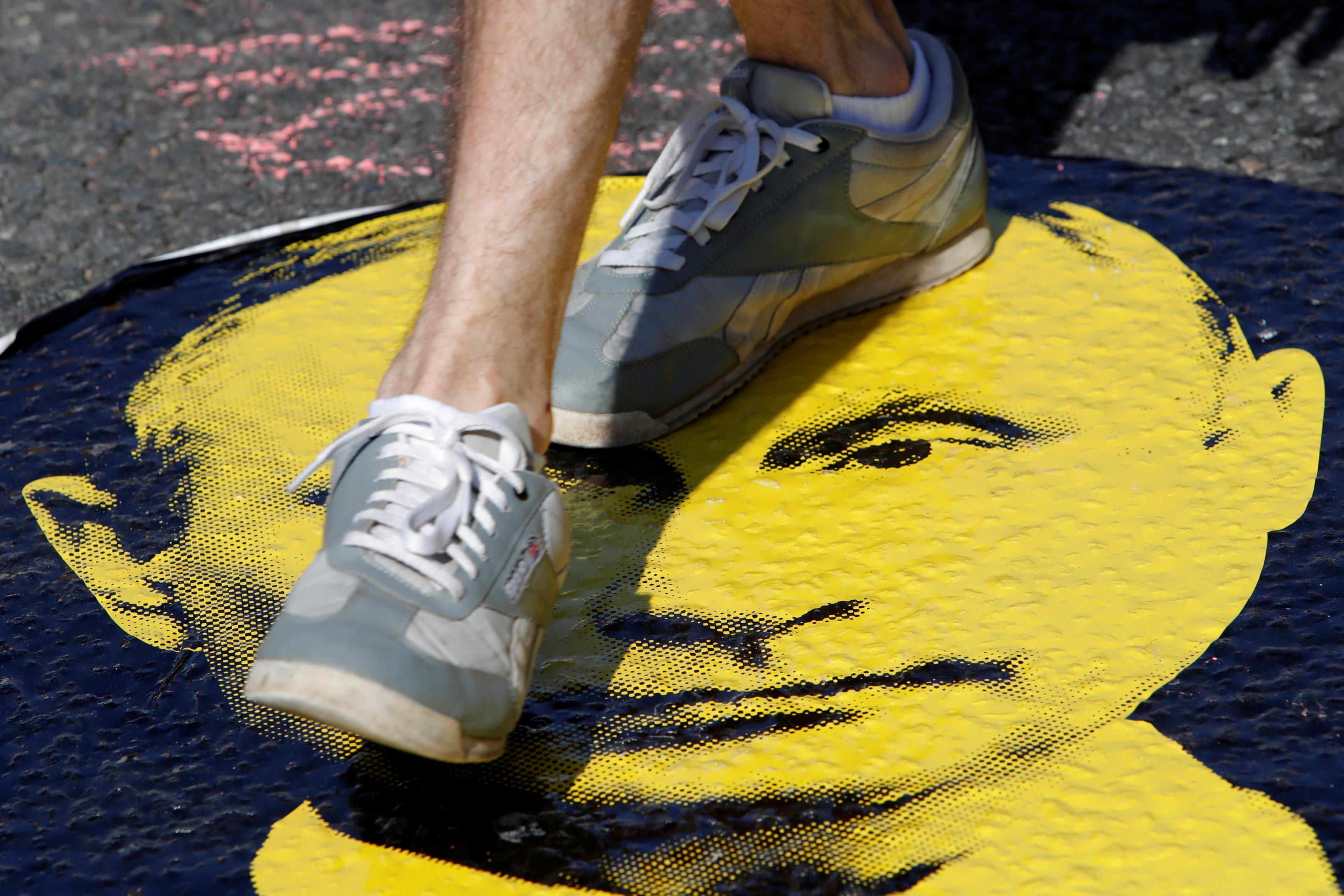 جانب من وضع صورة بوتين تحت الأقدام