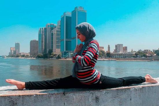 فتاة-تقوم-بحركات-لرياضة-الجمباز-بشوارع-القاهرة--(3)