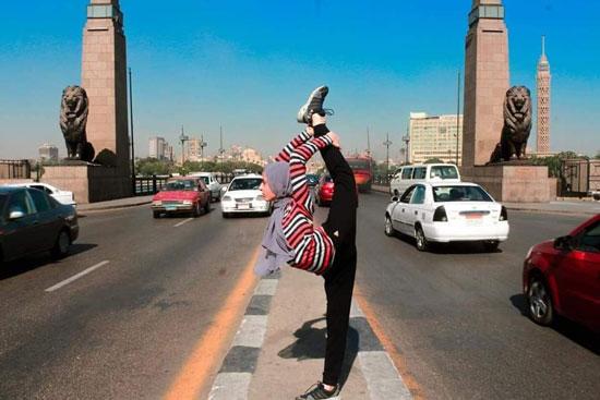 فتاة-تقوم-بحركات-لرياضة-الجمباز-بشوارع-القاهرة--(4)