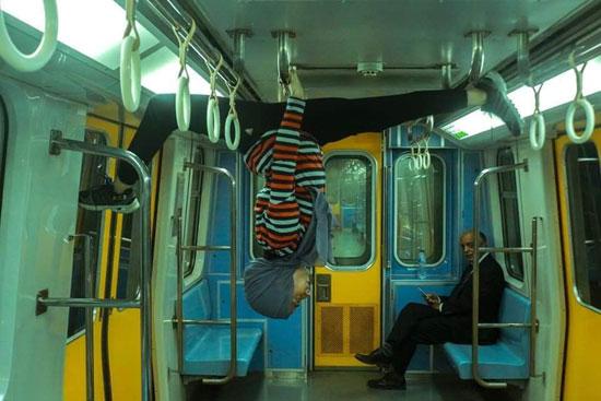 فتاة-تقوم-بحركات-لرياضة-الجمباز-بشوارع-القاهرة--(2)