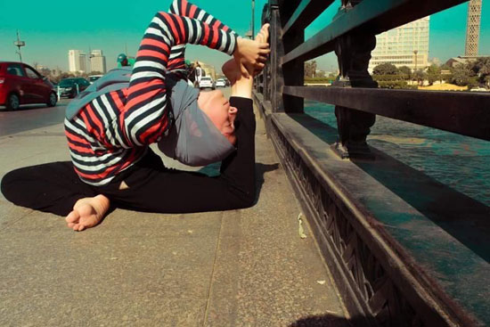فتاة-تقوم-بحركات-لرياضة-الجمباز-بشوارع-القاهرة--(5)