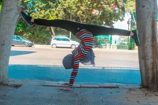 فتاة-تقوم-بحركات-لرياضة-الجمباز-بشوارع-القاهرة--(6)