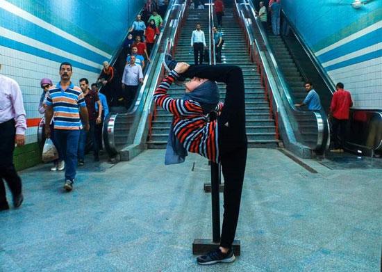 فتاة-تقوم-بحركات-لرياضة-الجمباز-بشوارع-القاهرة--(8)