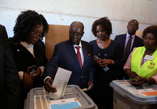 موجابى يدلى بصوته فى الانتخابات