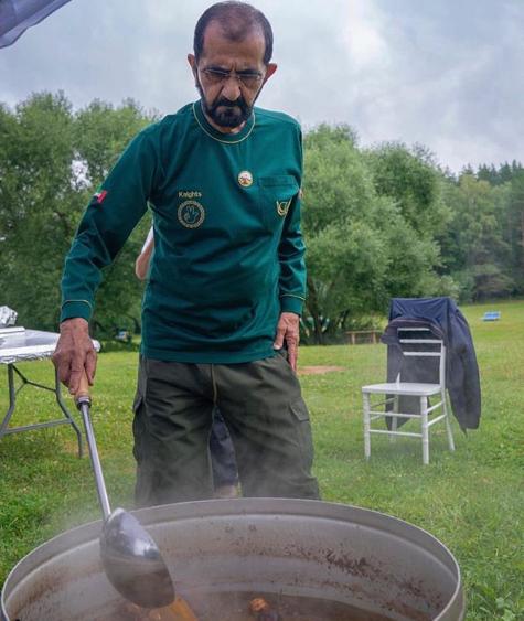 محمد بن راشد يشارك فى إعداد الطعام بنفسه