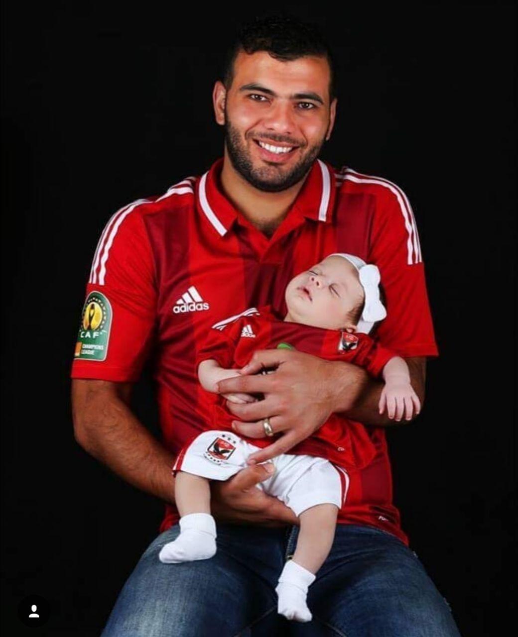 عماد متعب و ابنته بقميص الأهلى