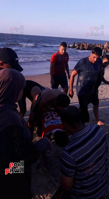 تقديم الإسعافات لمن تم انقاذهم