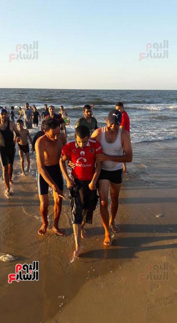 انقاذ أحد المصطافين من الغرق بمصيف بلطيم