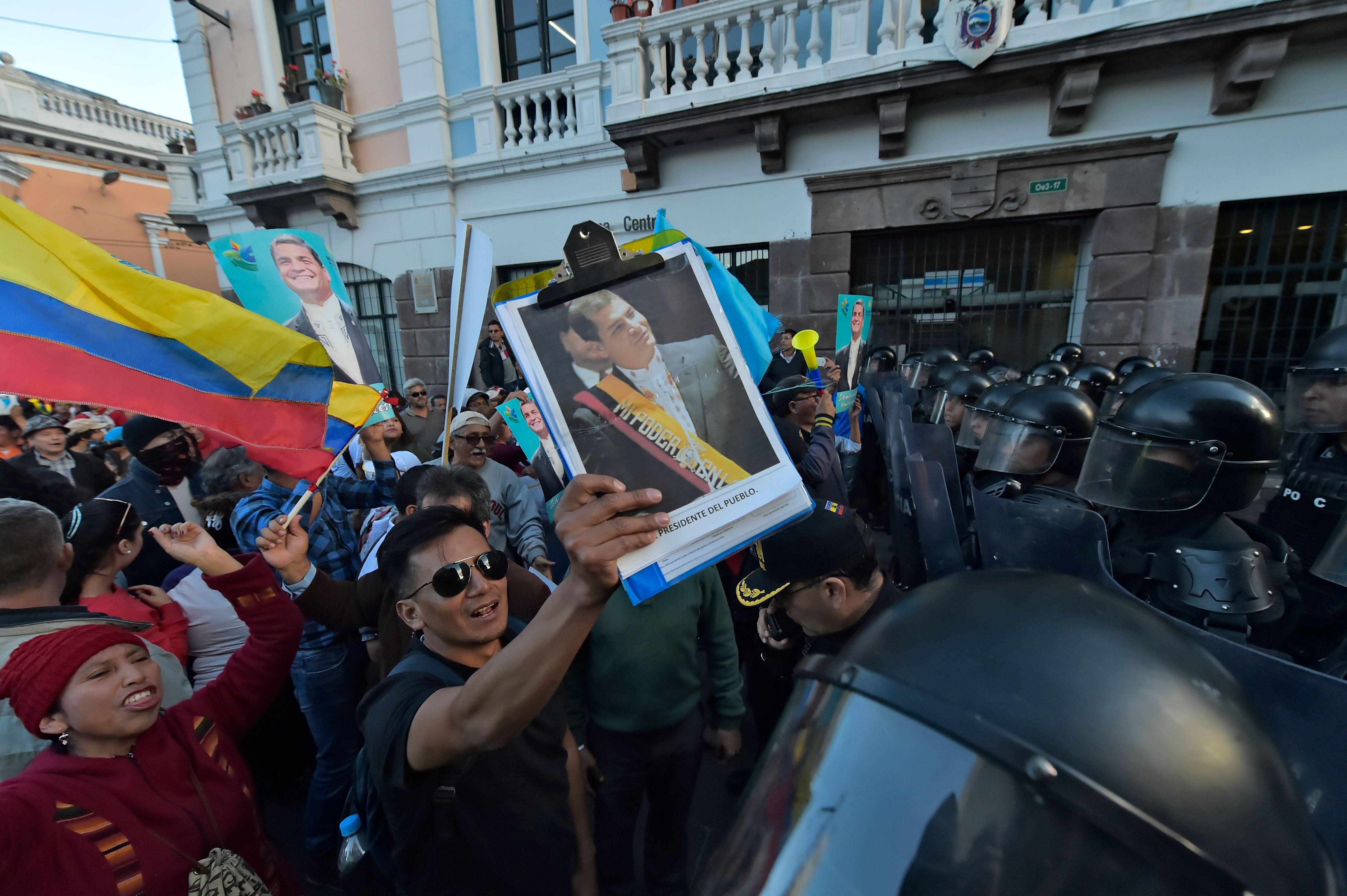 متظاهر يحمل صورة  رافايل كوريا