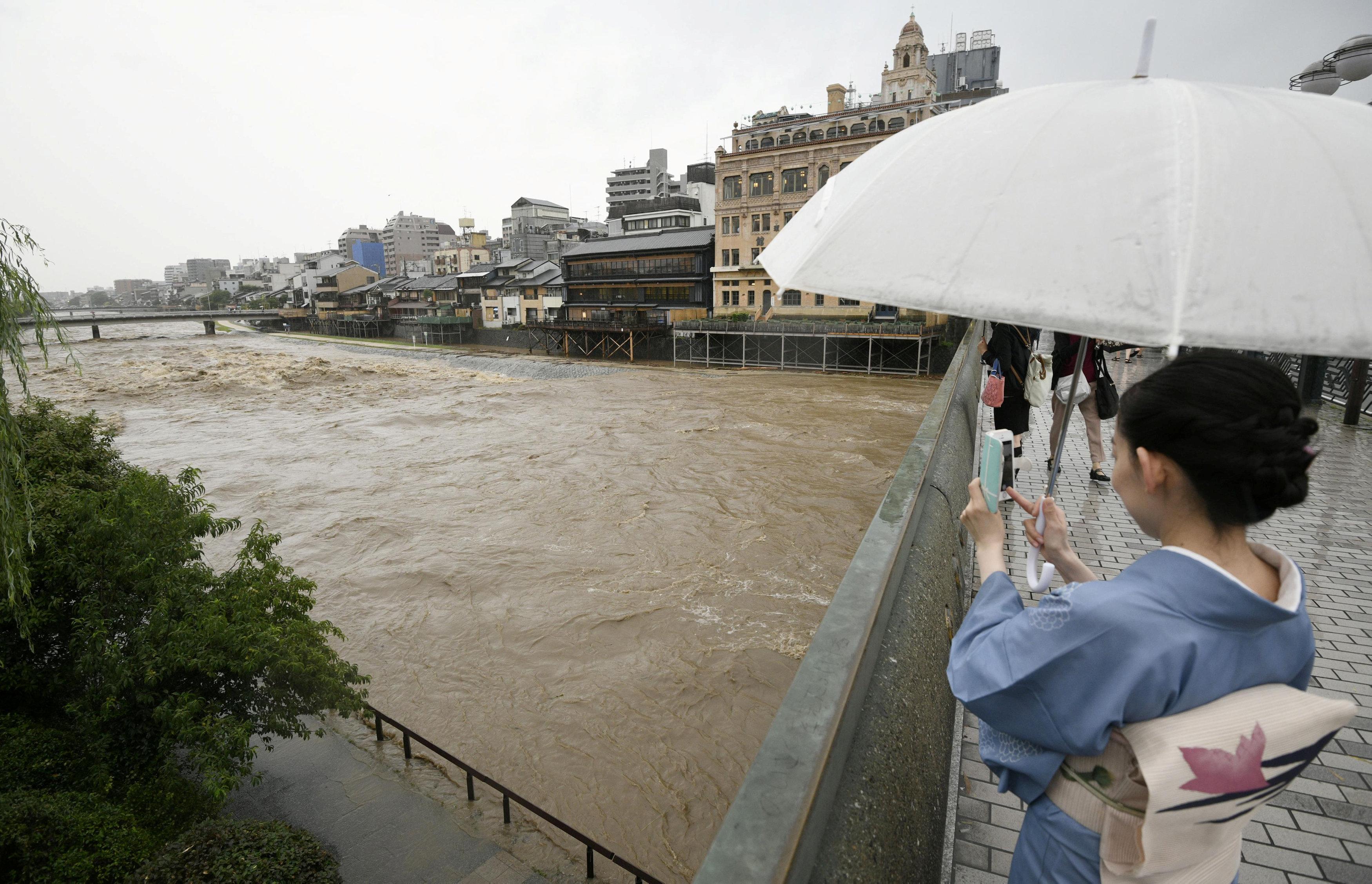 فتاة  تنظر إلى الفيضان