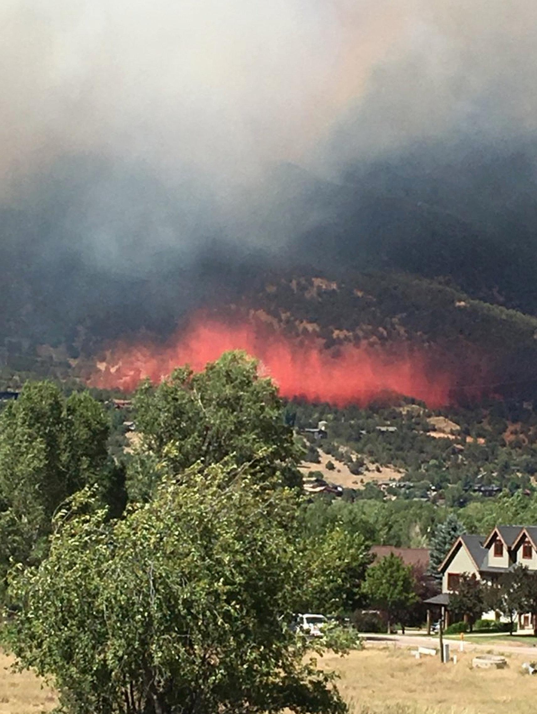 محاولات فرق الانقاذ للسيطرة على الحرائق
