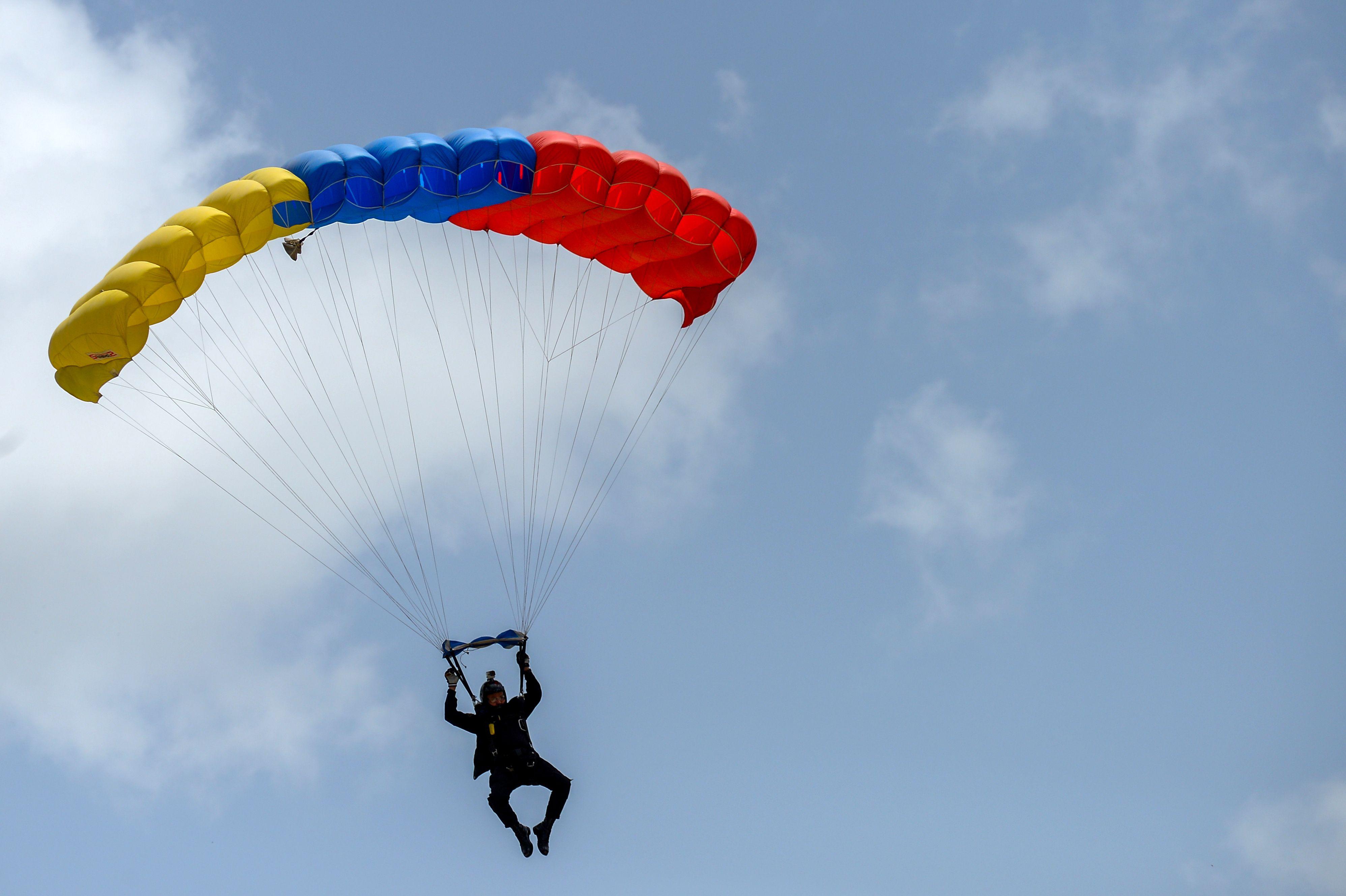 جندى يقفز بالبراشوت