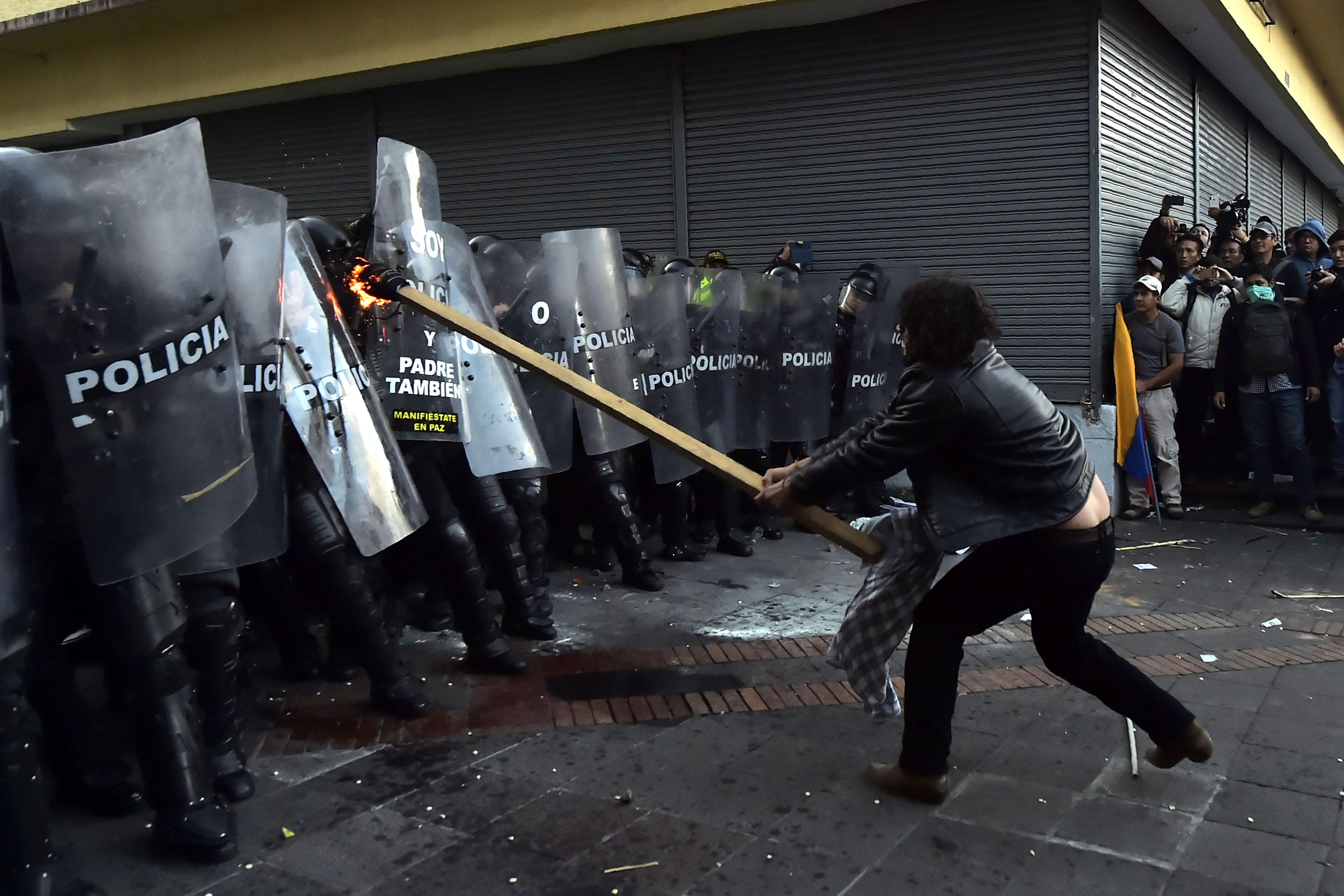 الاعتداء على قوات الامن فى الإكوادور