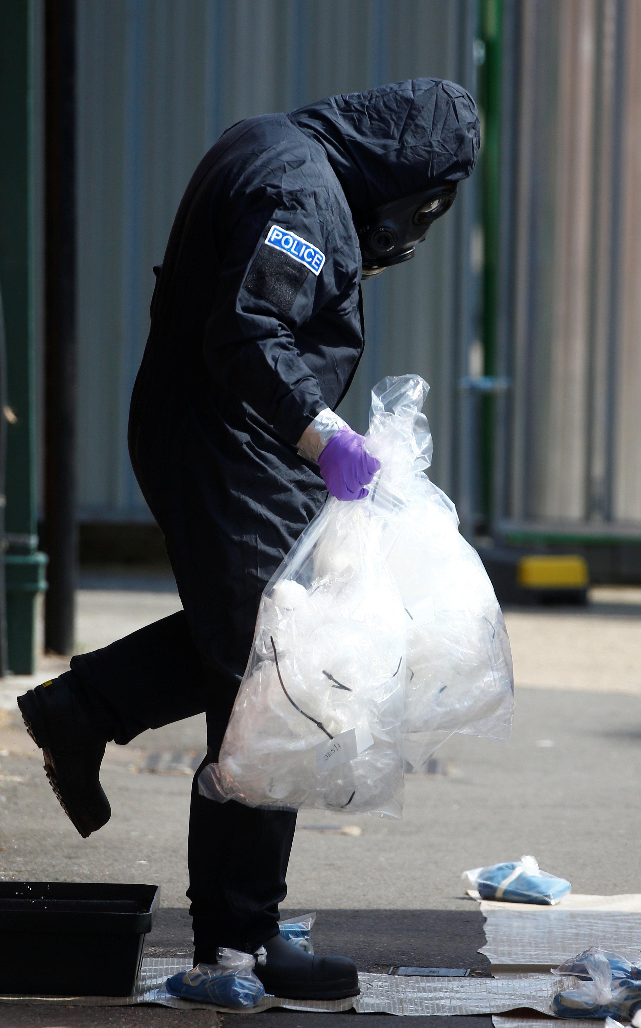 شرطي بريطاني يفحص المنطقة
