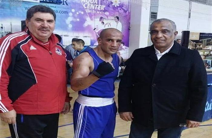 عبد الرحمن عرابى يتوسط رئيس اتحاد الملاكمة و المدرب