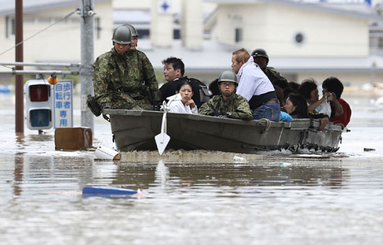 الجيش اليابانى ينقذ الأهالى