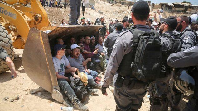 عناصر الشرطة الإسرائيلية خلال اشتباكات مع متظاهرين فلسطينيين في قرية خان الاحمر البدوية في الضفة الغربية