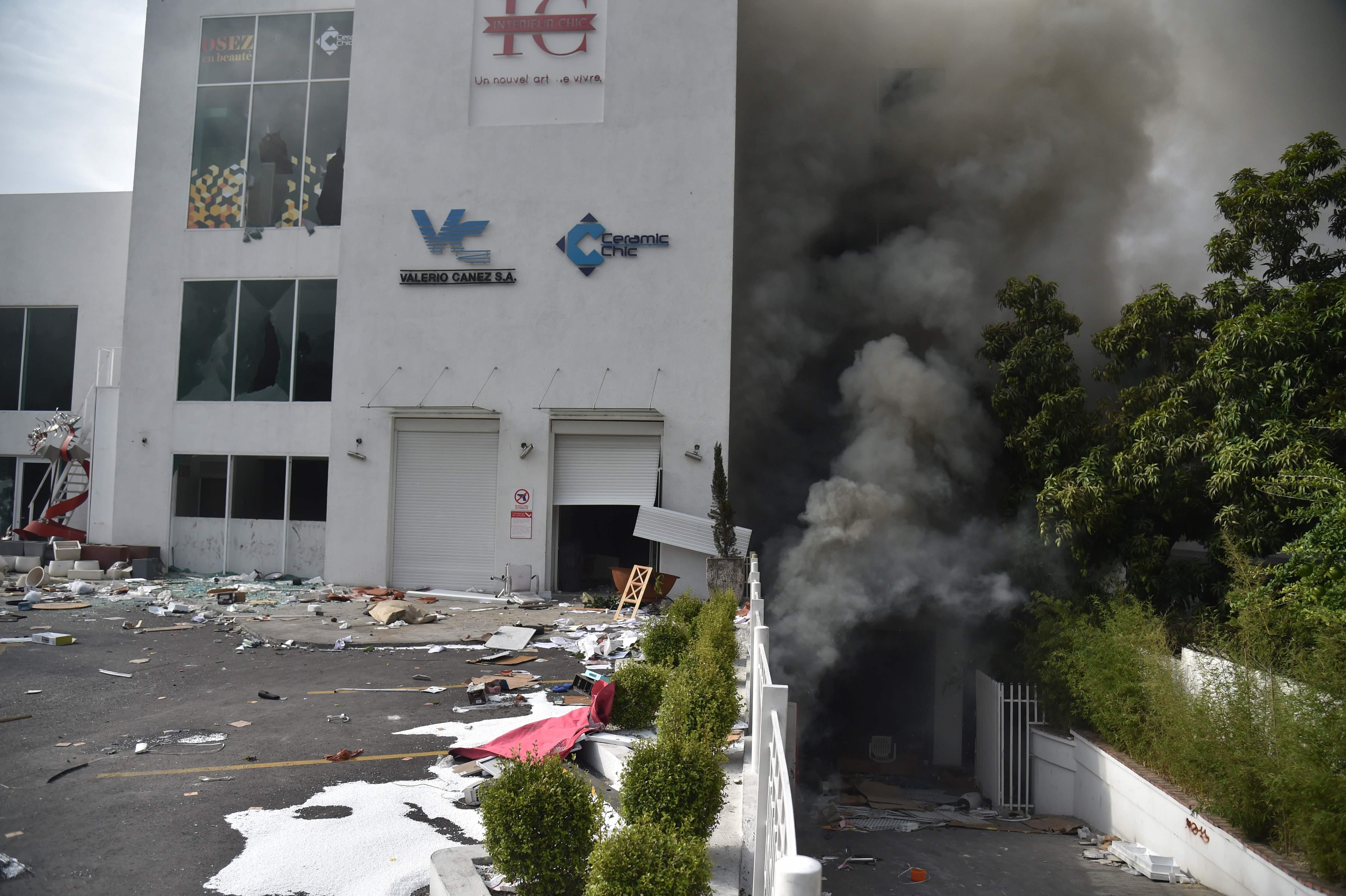 تصاعد الدخان من المتجر