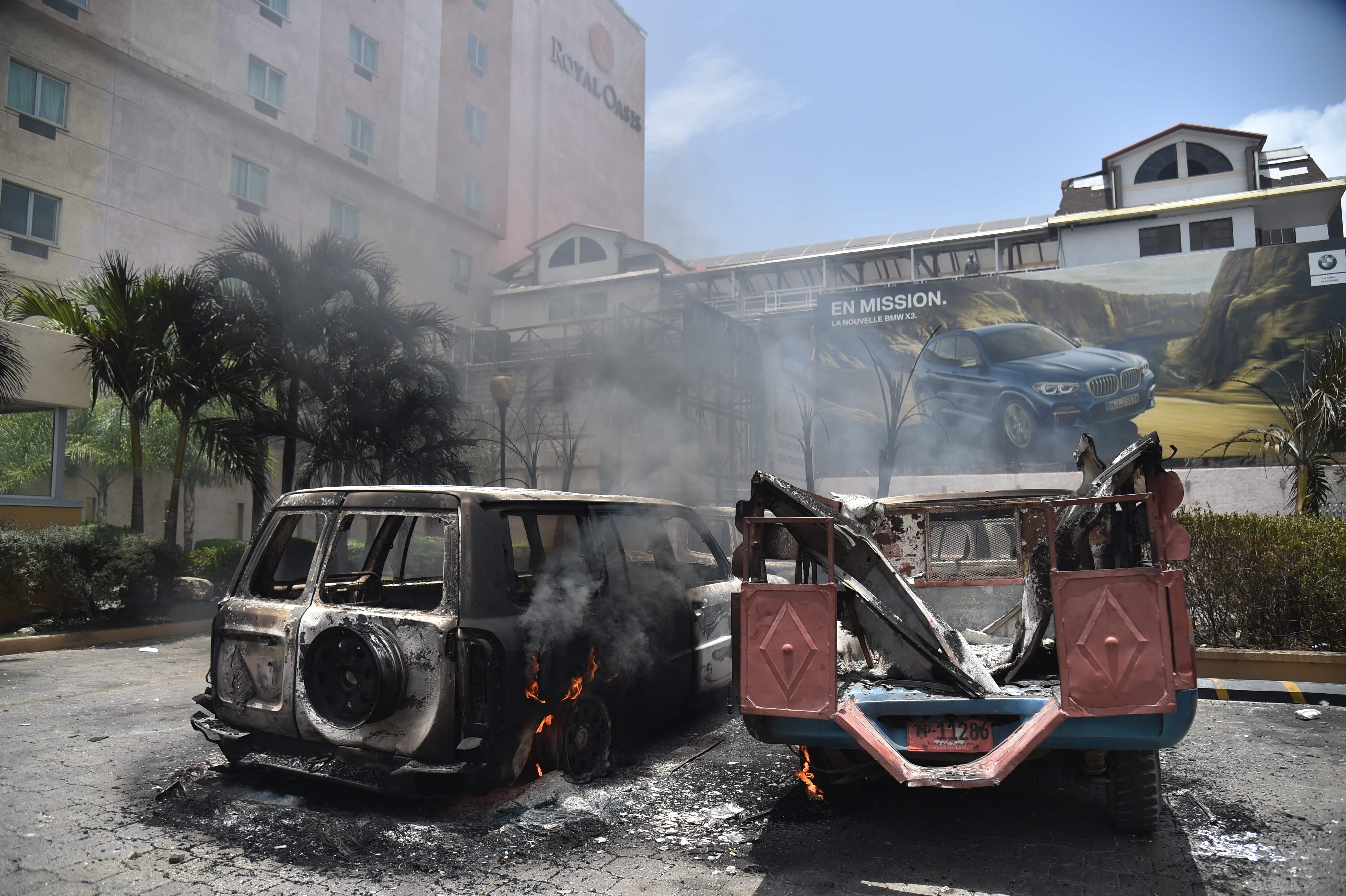 المتظاهرين يشعلون النار فى سيارات