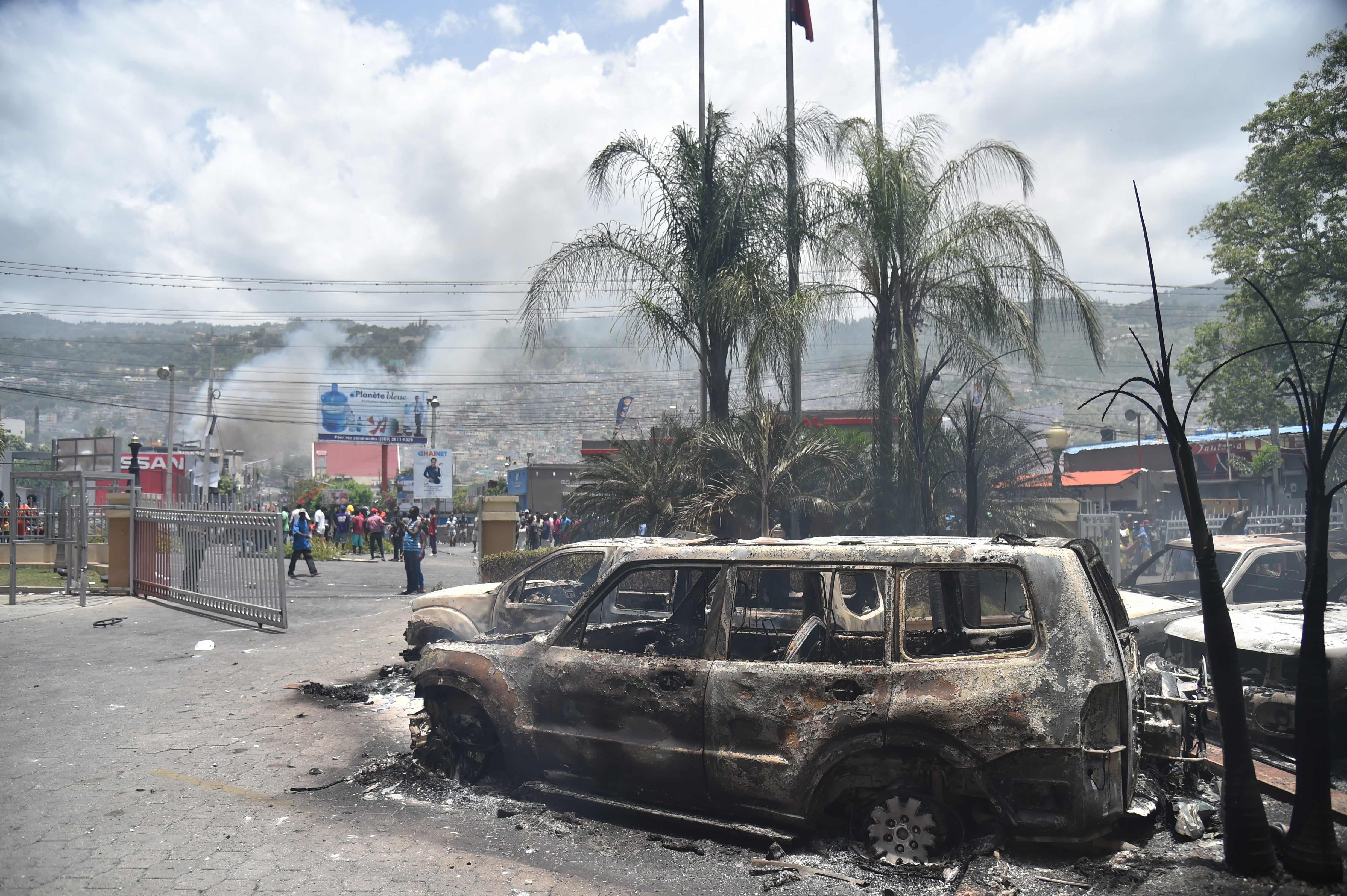 النيران تدمر عددا من السيارات