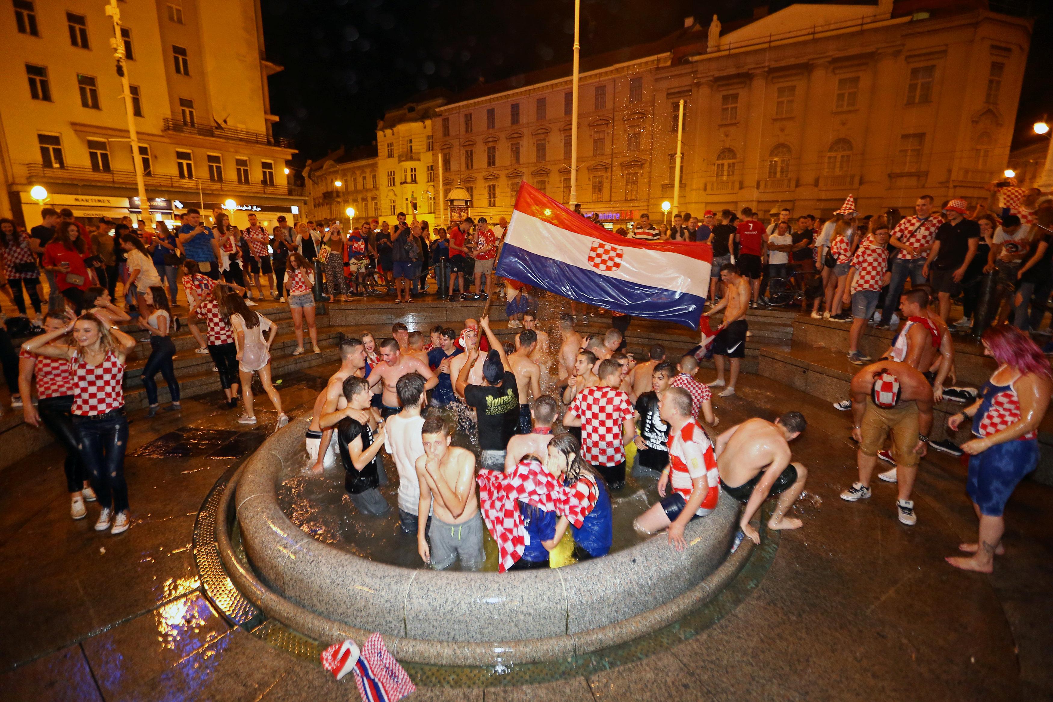 احتفالات منتخب كرواتيا بعد التأهل لنصف نهائي مونديال 2018 (4)